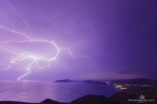фото молнии, бьющей в море ночью, возле поселка Орджоникидзе, Крым