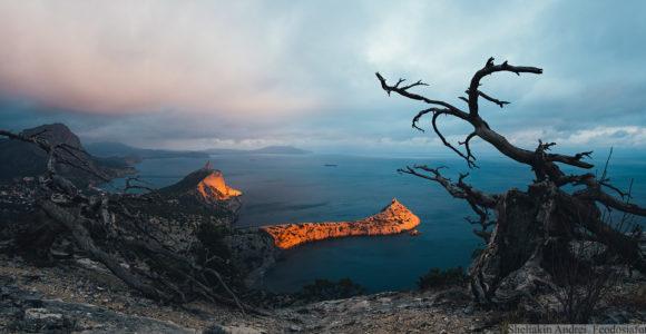 Закат в Новом Свете. Солнечный луч на мгновенье пробился и осветил мыс Капчик и гору Кобак-Кая