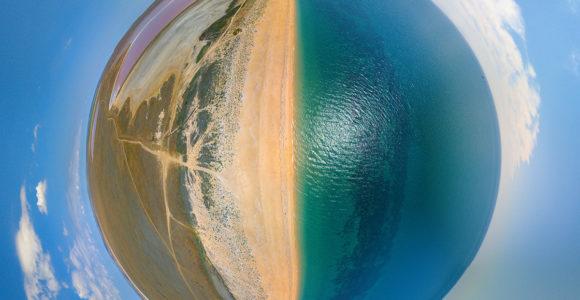 Один из лучших пляжей Крыма — у Кояшского розового озера.