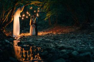 Фотосессия в ночном лесу с огнями в Крыму