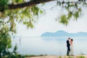 Молодожены в свадебных нарядах позируют на фоне моря и гор в Крыму