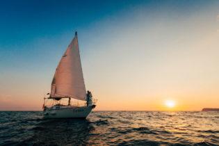 Жених и невеста на яхте в Крыму встречают закат