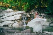 невеста с букетом у водопада в Крыму