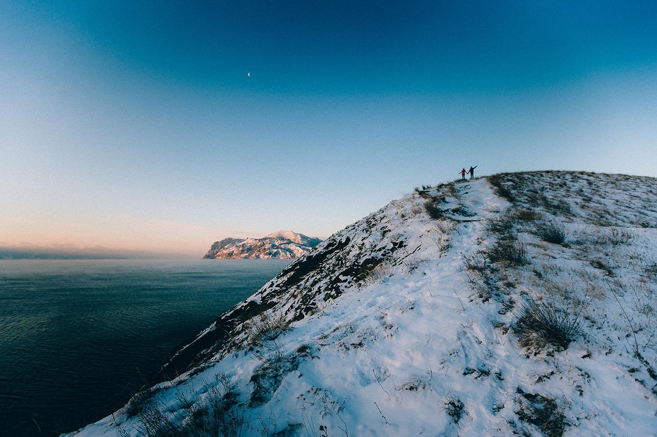 Пара влюбленных фотографируется на заснеженном холме, не далеко от Коктебеля, в Крыму