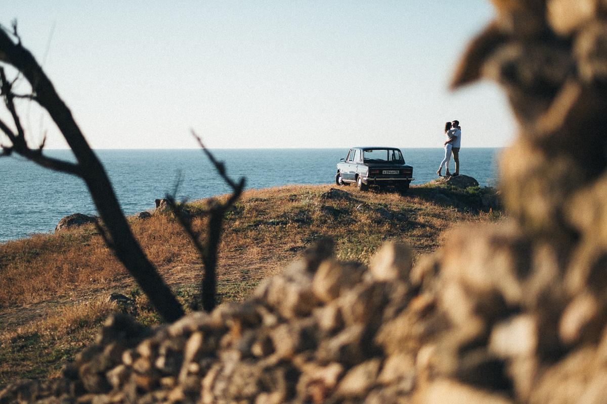 Машина на обрыве и парень с девушкой, фото