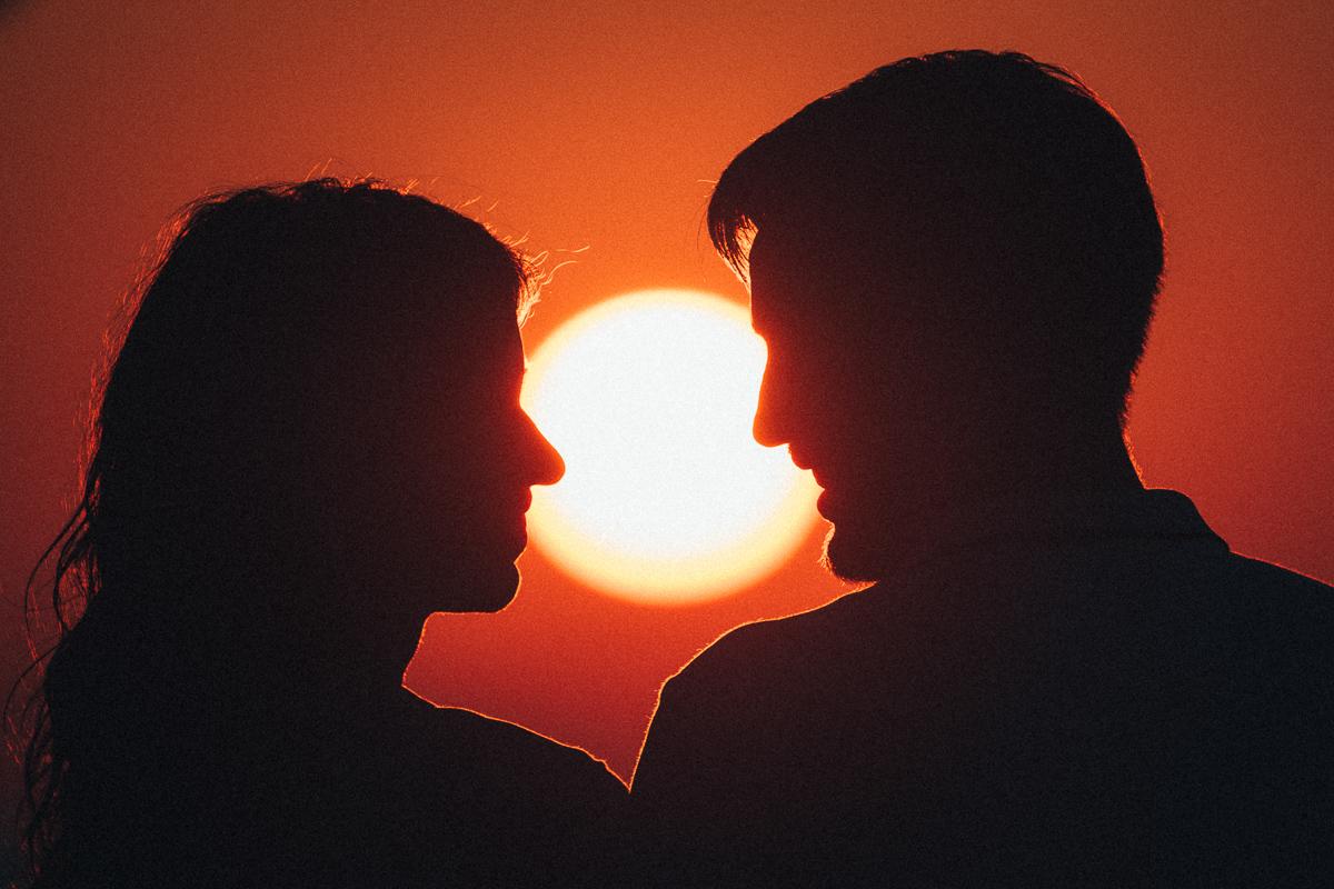 Крупный портрет на фоне солнца
