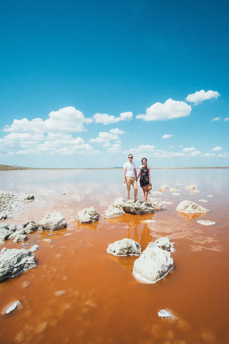 фотосессия на берегу розового озера